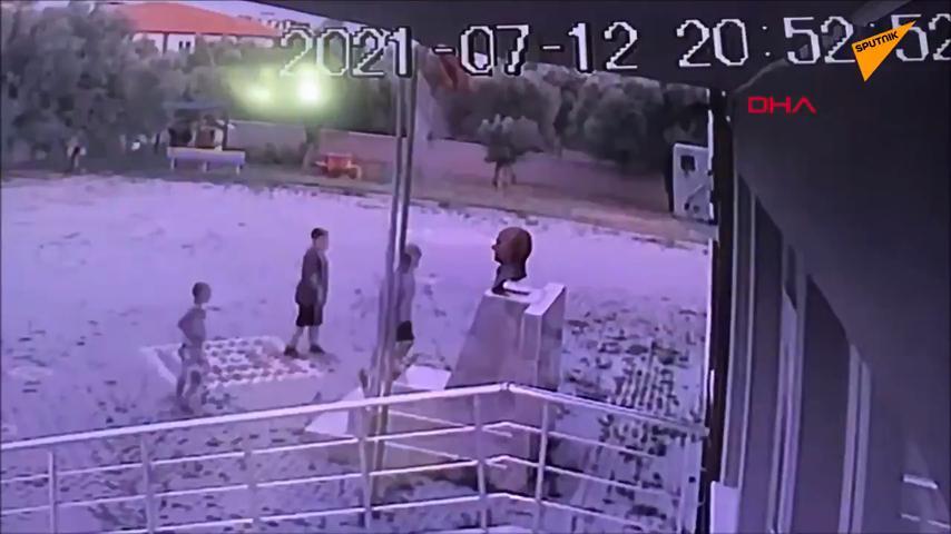 Okul Bahçesine Girerek Atatürk Büstünü Öpüp Sarılan Çocuklar