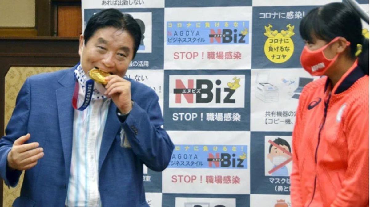 Olimpiyat madalyasını ısıran Japon belediye başkanı koronavirüse yakalandı