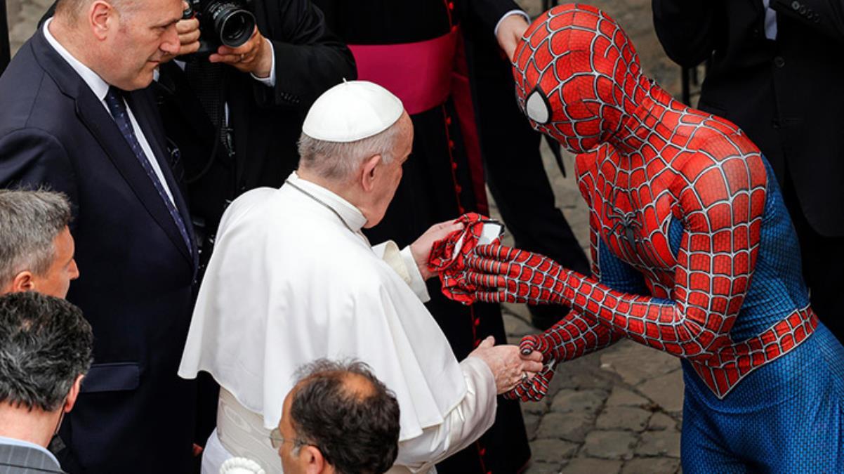 Örümcek Adam kostümü giyen adam Papa'nın önünü kesip maske hediye etti