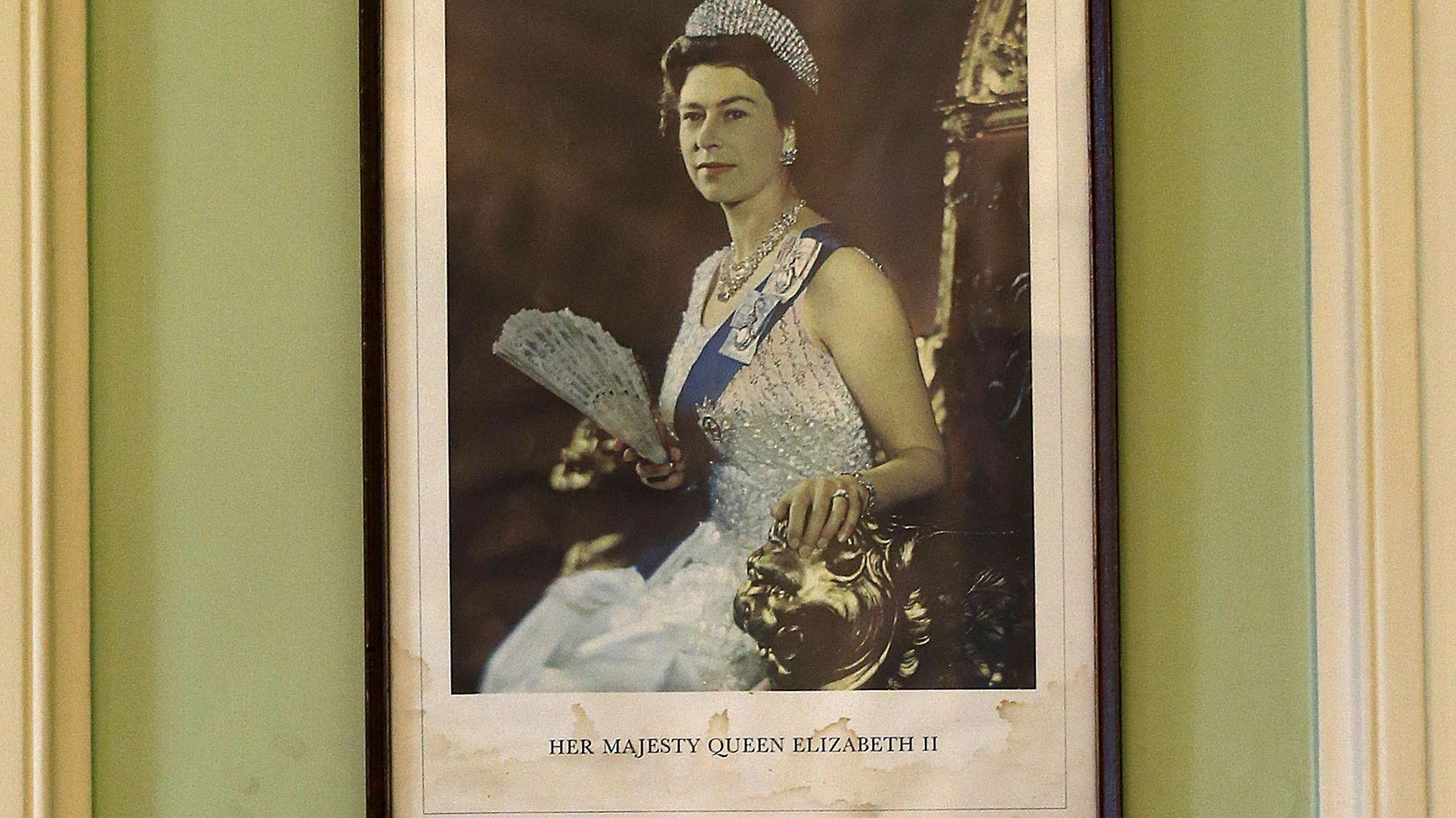 Oxford Üniversitesi Öğrencileri Kraliçe Elizabeth'in Portresini Okuldan Kaldırdı