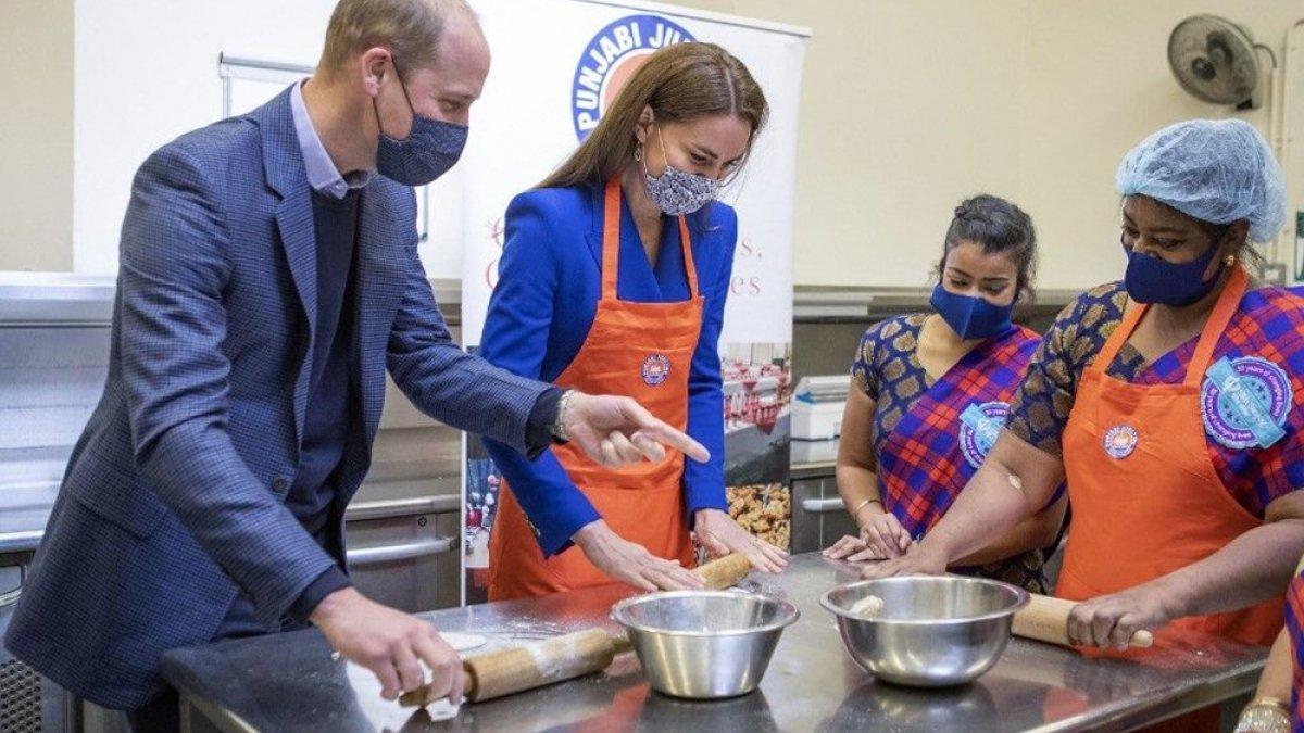 Prens William ve Kate Middleton mutfakta: Hint yemekleri pişirdiler