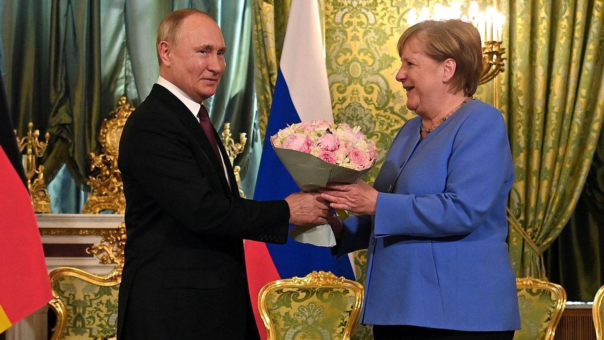 Putin, Merkel'le Görüşmesine Çiçekle Geldi