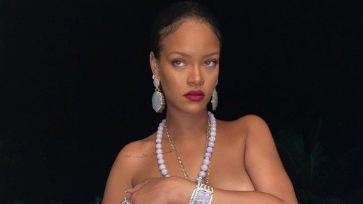 Rihanna üstsüz poz verdi
