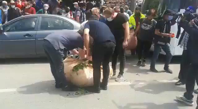 Rize'de Vatandaşlar 'Kota ve Kontenjan Uygulamasına' Tepki İçin Yerlere Çay Döktüler