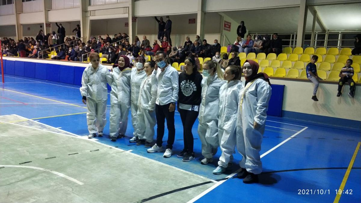 Sağlıkçılar voleybol turnuvasında sahaya filyasyon kıyafeti ile çıktılar