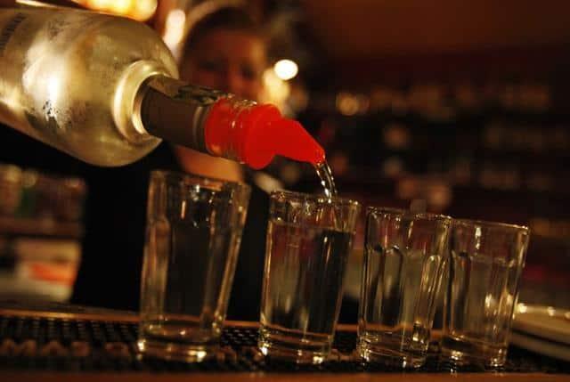 Salgında Hangi Ülke Neden Alkollü İçecek Satışını Yasakladı?