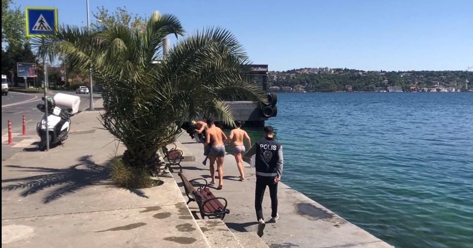 Sarıyer'de Denize Giren Vatandaşlar Polisi Görünce Giyinemeden Kaçtılar