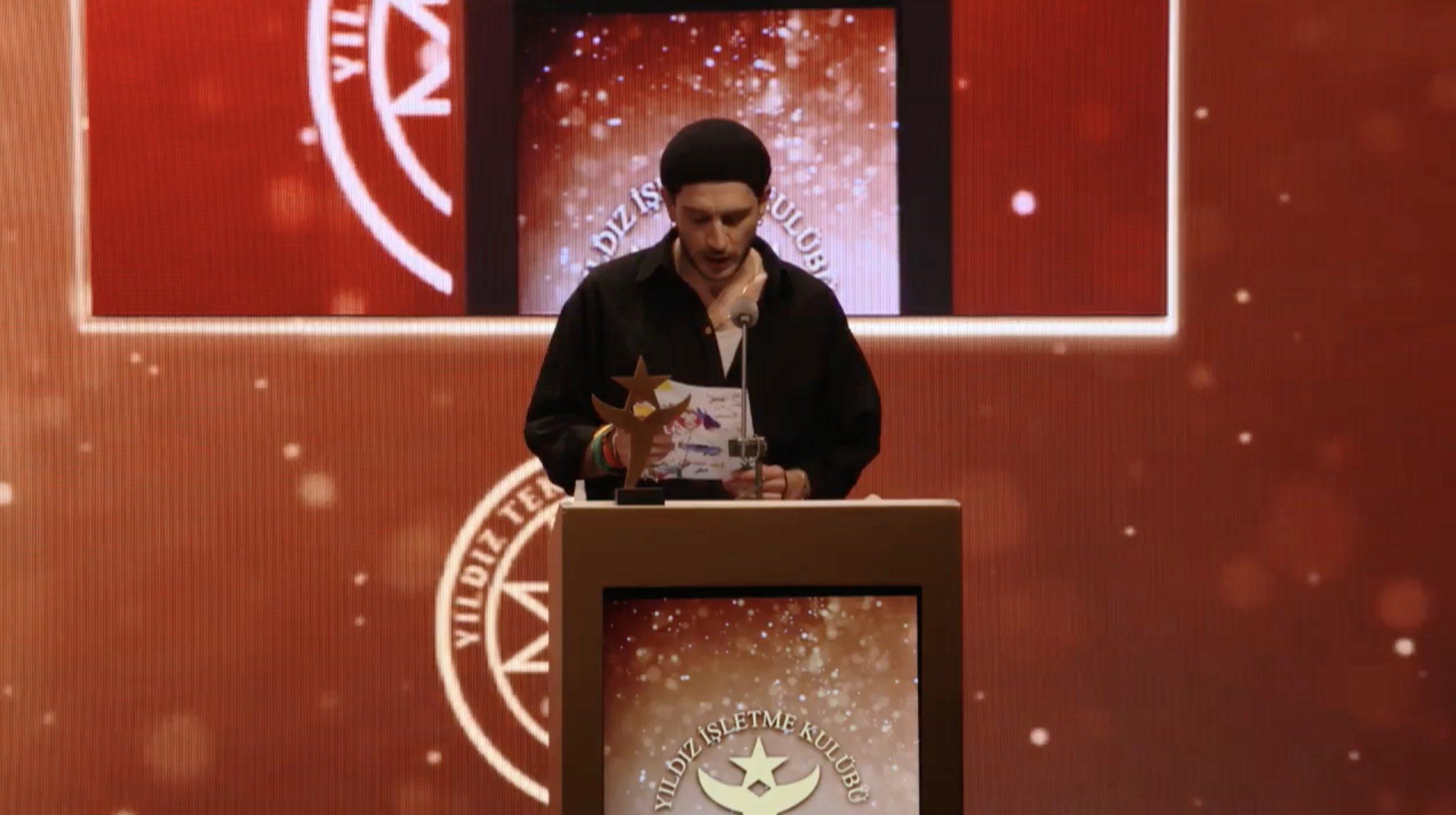 Sen Mükemmel Birisin! Uraz Kaygılaroğlu'ndan Yılın Yıldızları Ödüllerinde Çocuklarla İlgili Muhteşem Konuşma