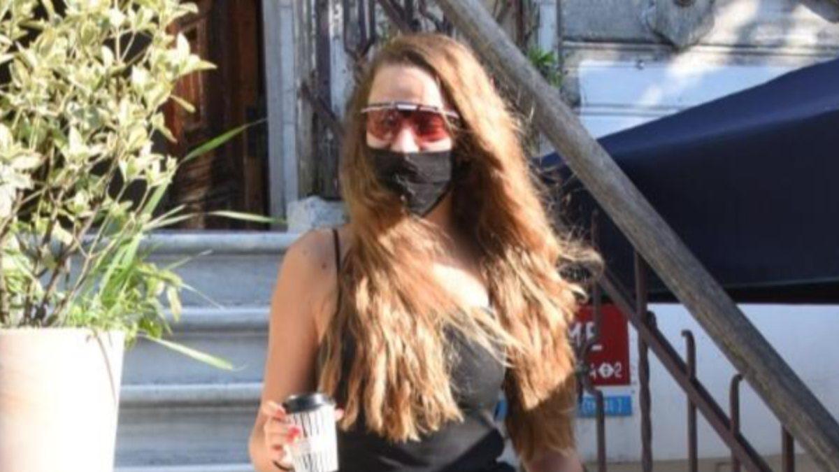 Serenay Sarıkaya'nın maske kıyafet uyumu