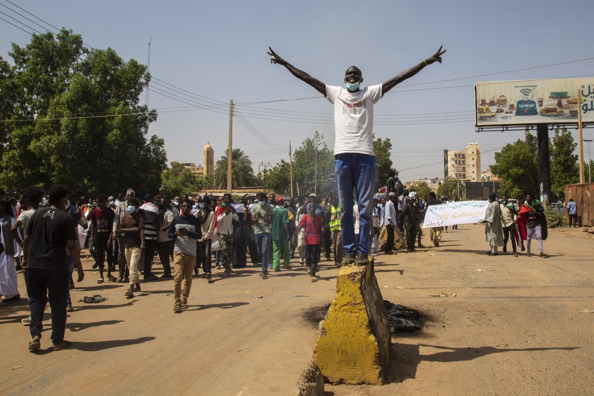 Sudan'da sivil yönetim talebiyle binlerce kişi sokaklara indi