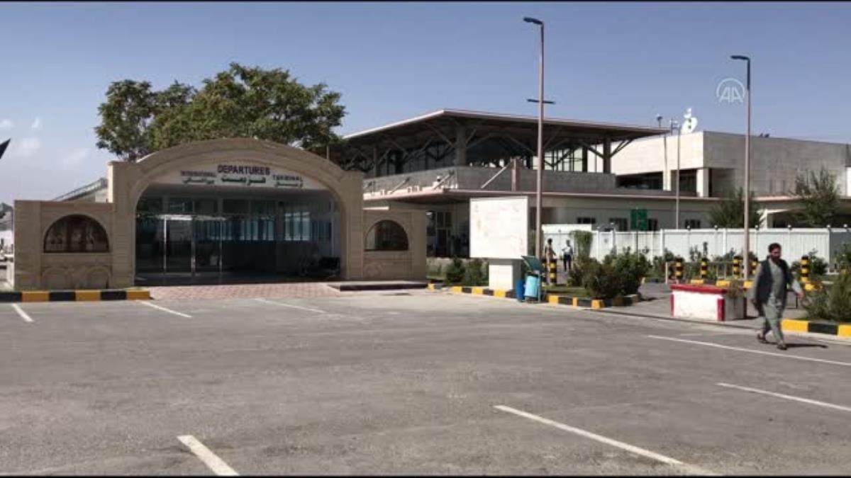 Taliban'ın kontrolündeki Kabil havaalanında kadın personel işlerine geri döndü
