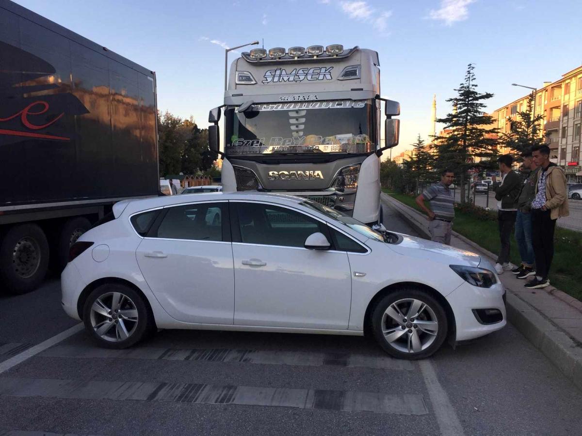 Tır çarptığı otomobili 43 metre sürükledi