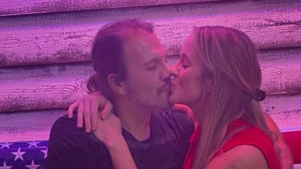 Tolga Karel, eşiyle öpüşme pozunu paylaştı