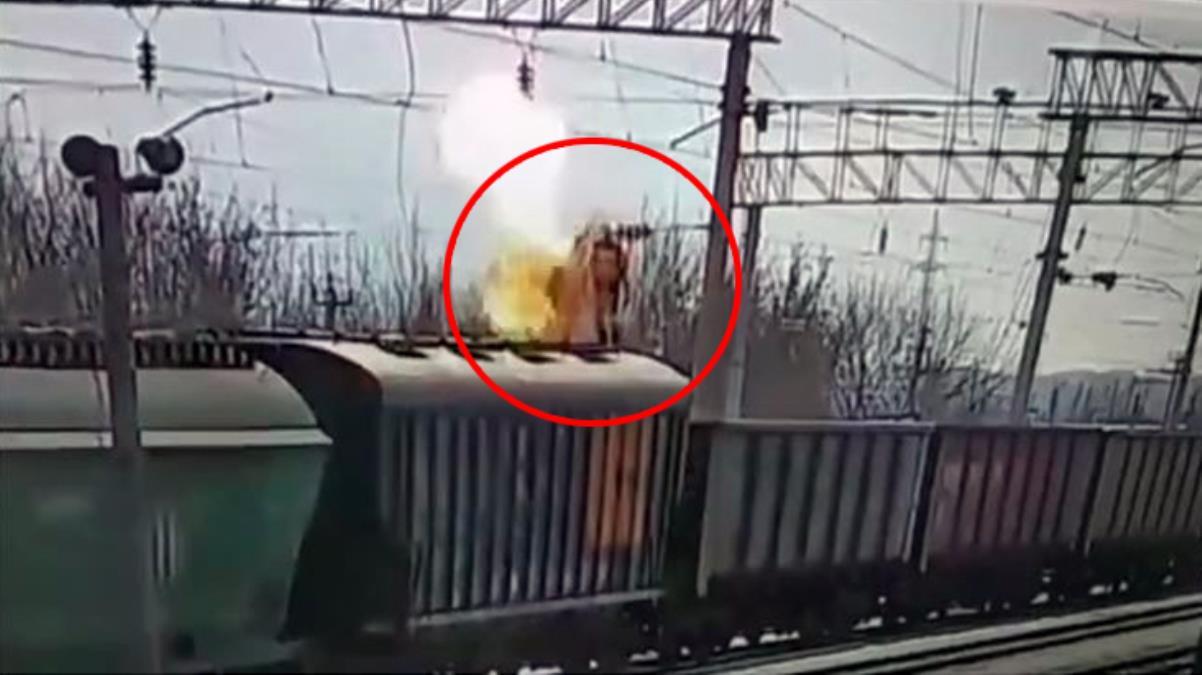 Tren vagonlarının üzerinde oyun oynayan çocuk akıma kapılıp can verdi! Dehşet anları kamerada