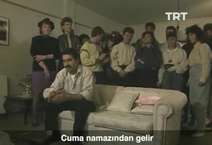 TRT Arşiv'den Çıktı: Yüksek Sesle Müzik Dinleyen Komşularına 'Beyaz Gül Kırmızı Gül' Türküsü Açan Tatlıses