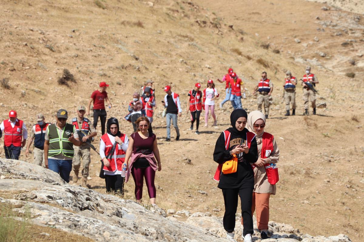 Türk Kızılay gönüllülerinden 3 bin 500 yıllık Akabe Yolu'nda doğa yürüyüşü