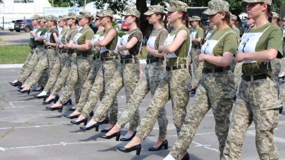 Ukrayna'da geçit töreni provasında kadın askerlere topuklu ayakkabı giydirilmesi ülkede kriz çıkardı