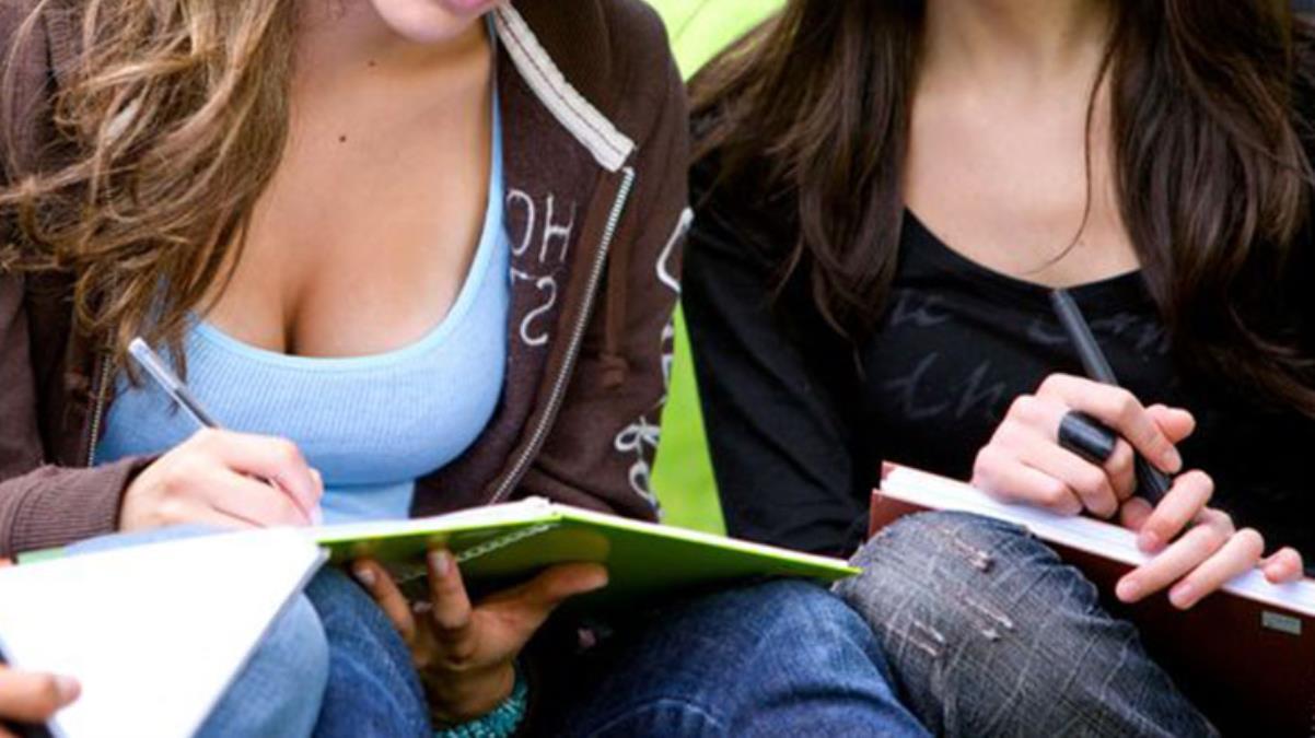 Üniversite bu olayla çalkalanıyor! Öğrencilerin göğüslerine bakan akademisyen görevden alındı