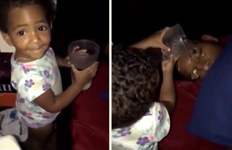 Uyuyan Babasının Yüzüne Su Dökerek Uyandıran Ufaklığın Ilginç Keyiflendiği Efsane Anlar