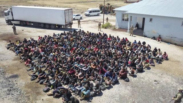 Van'da TIR Dorsesinden 300 Kaçak Göçmen Çıktı: 4 Kişi Gözaltında