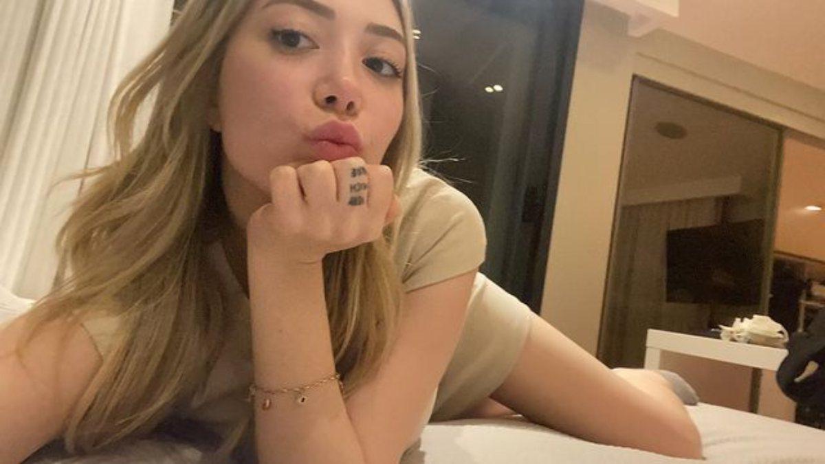 Yasmin Erbil'den yatak pozu