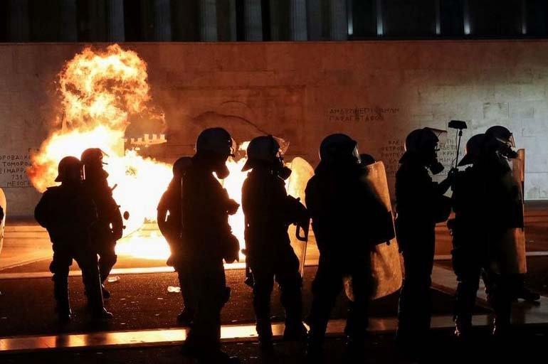 Yunanistan'da Aşı Karşıtları Sokağa Çıktı: Polis ve Eylemciler Çatıştı