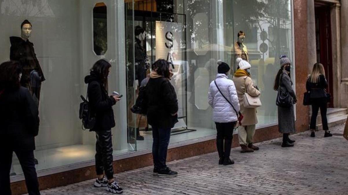 Yunanistan'da kısıtlamalar gevşetildi, aylardır kapalı olan mağazalar açıldı