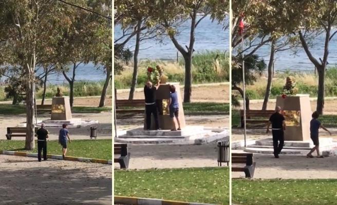 19 Mayıs'ın Boş Geçmesine Gönlü Razı Olmayan Çift, Bahçedeki Yaseminlerden Çelenk Yaparak Atatürk Büstüne Koydular