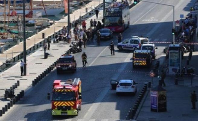 Marsilya'da bir araç kalabalığın arasına daldı!