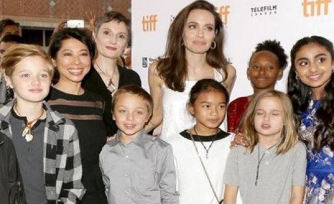 Angelina Jolie ve ailesi Kırmızı Halı'da
