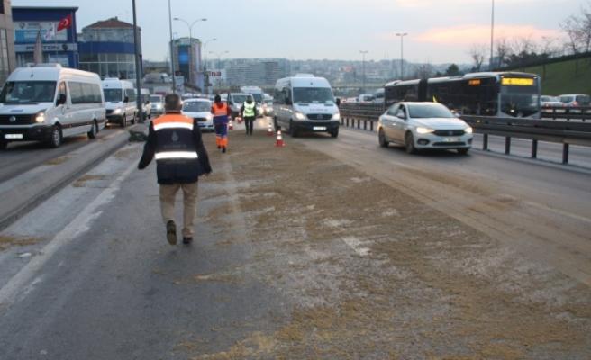 Kamyona yüklü trafo yola devrildi, trafik yoğunluğu oluştu