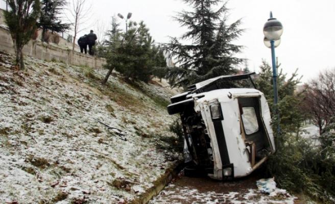 Kamyonet parka düştü: 2si çocuk 3 yaralı
