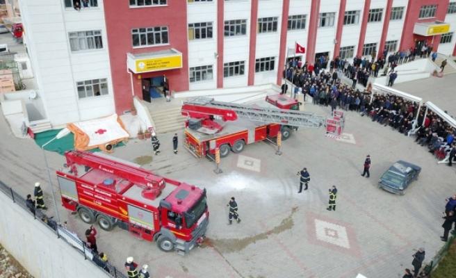Öğrencilerin gözü önünde 3üncü kattan aşağı atladı