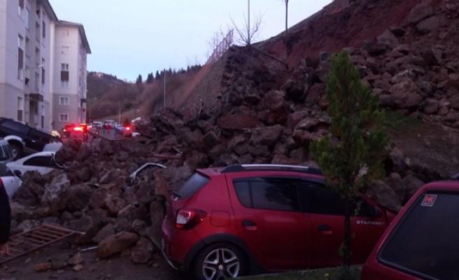 Trabzonda istinat duvarı çöktü, araçlar altında kaldı