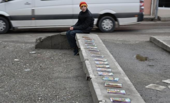 Yakılsın diye verilen kitapları satarak harçlığını çıkartıyor