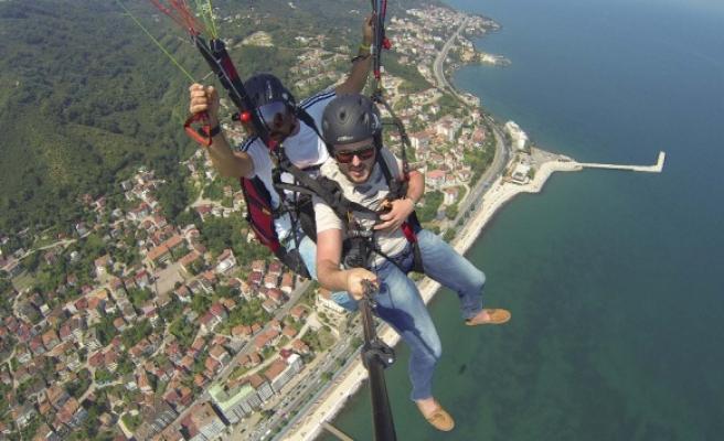 Turistlerin yamaç paraşütü keyfi