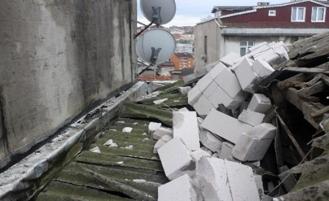 Kağıthane'de rüzgar bir çatıyı uçurdu