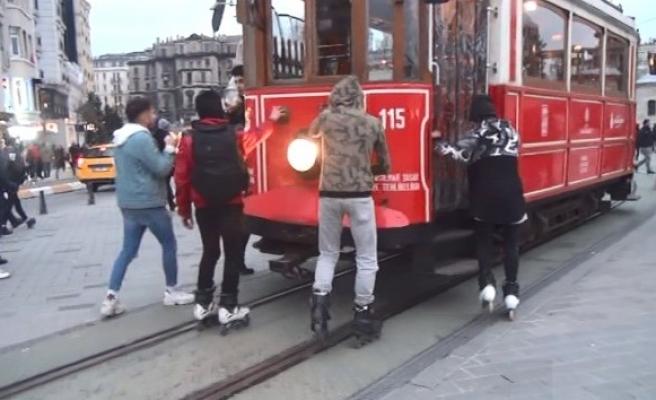 (Özel) Patenli gençlerin tehlikeli tramvay yolculuğu