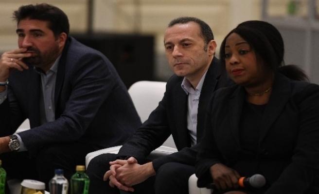 Cüneyt Çakır, FIFA Futbol Yönetim Zirvesi'nde VAR sunumu yaptı