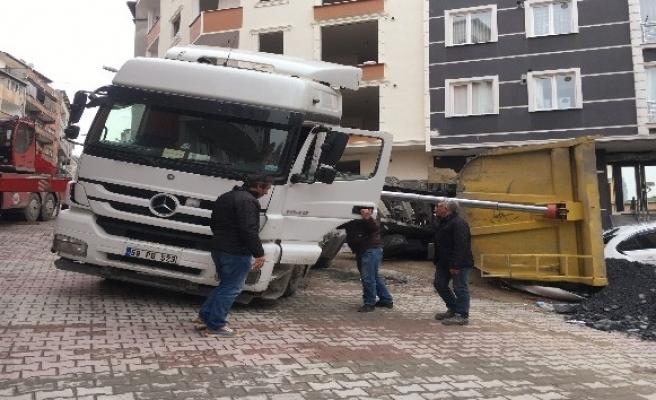 (Özel) Kağıthane'de hafriyat kamyonu yük boşaltırken otomobilin üzerine devrildi