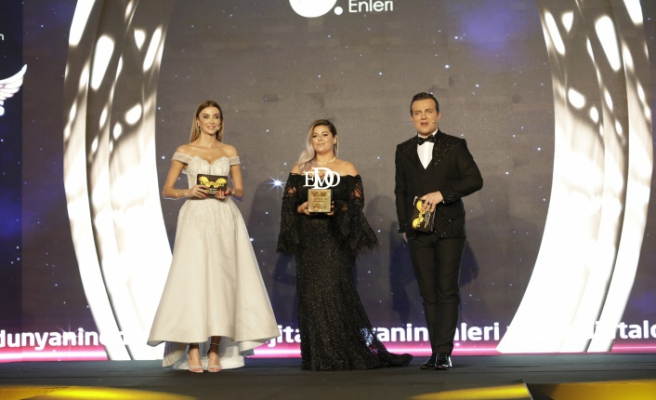 Yılın en iyi saç kaş serumu: Serap Çınar Beauty seçildi.