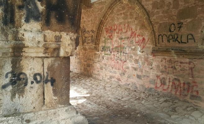 264 Yıllık Cihanoğlu Külliyesi'nin Duvarlarına Yazı Yazılmasına Tepki Gösterildi: 'Önlem Alınmalı'