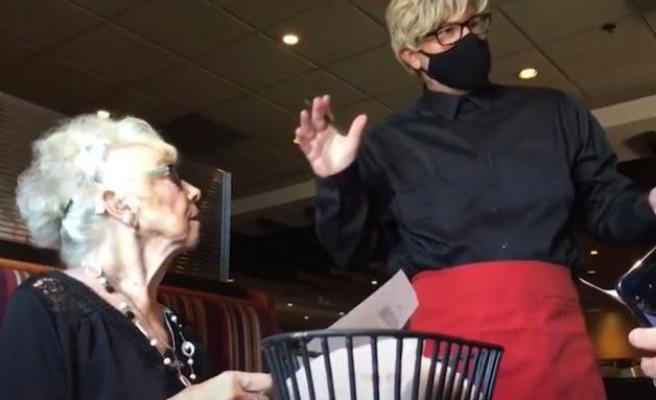 89 Yaşına Giren Annesine, Garson Kılığına Girerek Sürpriz Yapan Adam
