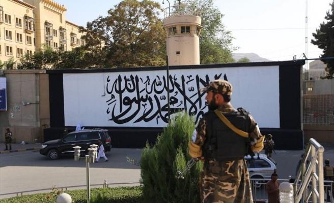 ABD'nin Kabil'de Terk Ettiği Elçiliğinin Duvarına Taliban Bayrağı Çizildi