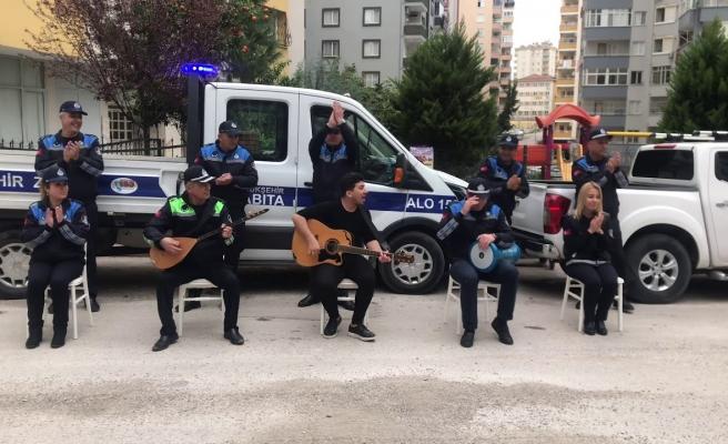 Adana'da Zabıta Ekipleri Evlerinden Çıkamayan İnsanlar İçin Konser Verdi