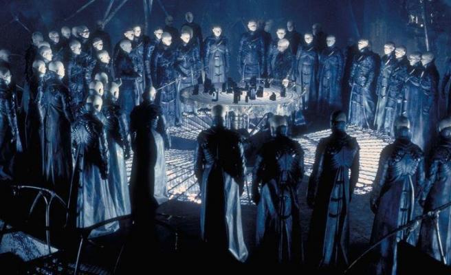 Alex Proyas Yine Yönetmen Koltuğunda: Kült Bilimkurgu Filmi Dark City Diziye Uyarlanıyor!