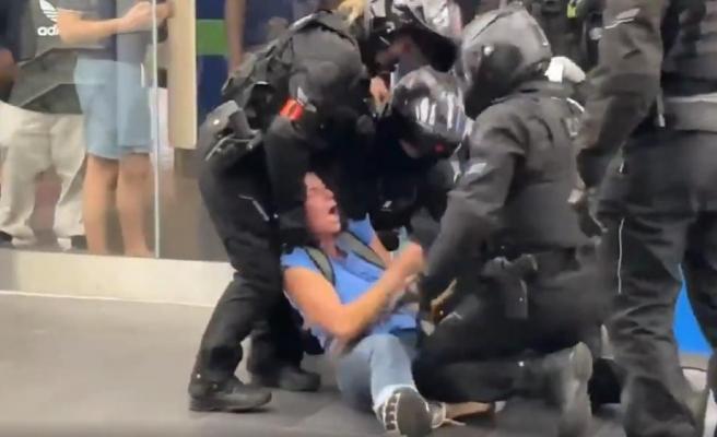Aşı Pasaportu Olmadan AVM'ye Girmeye Çalışan Kadınlar Gözaltına Alındı