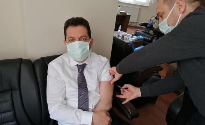 Belediye Başkanına Ayrıcalık: Başhekim Kovid Aşısını Makamında Yaptı