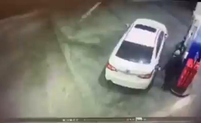 Benzinlikte Kendisini Gasp Etmeye Çalışan Kişileri, Hortumdan Benzin Püskürterek Engelleyen Adam
