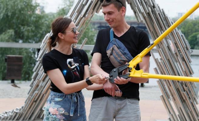 Bir Kere Bile 'Seni Özledim' Dememiş... Ayrılmamak İçin Kelepçelenen Ukraynalı Çift, 123 Gün Sonra Ayrıldı